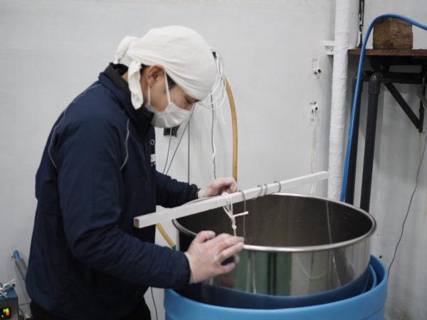 責任醸造タンクを確認する醸造社員